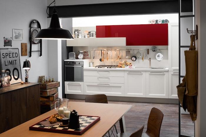 credence cuisine, meubles bas de cuisine en bois peints blancs avec armoires hautes en rouge