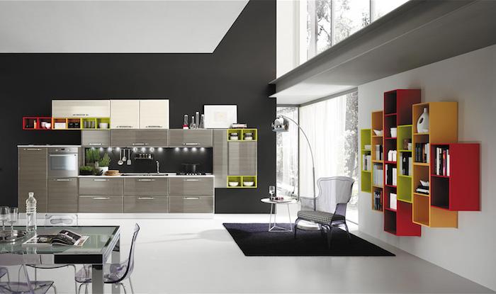 idee deco cuisine, étagère murale à design asymétrique en rouge orange et vert, tapis carré en noir sur plancher blanc