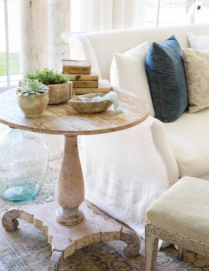 meuble peint en blanc et patiné pour laisser apparaitre le bois, loook usé, canapé blanc, tapis vintage oriental dans un salon campagne chic