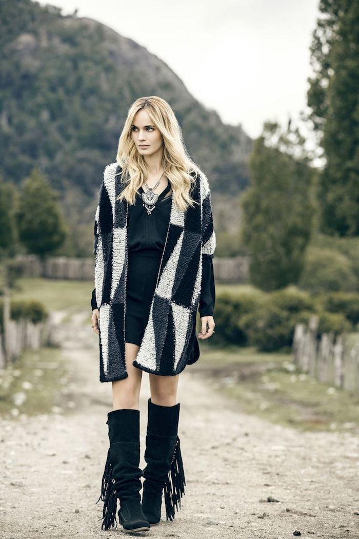 boheme chic, robe courte noir avec manteau faux fur à motifs triangulaires, bottines longueur genoux avec franges