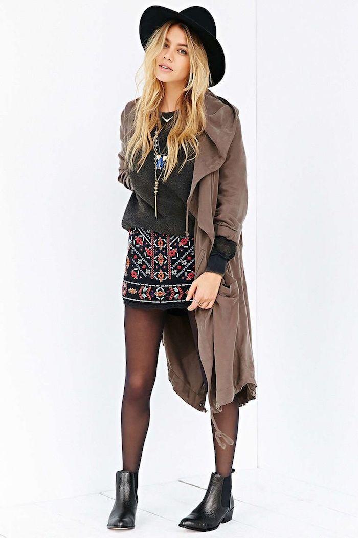 boheme chic, jupe courte noire à motifs géométriques rouges et orange, cheveux blonds avec capeline noire