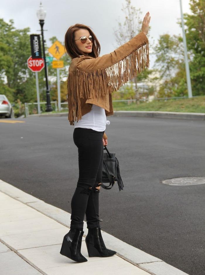 style vestimentaire femme, pantalon noir slim avec débardeur blanc et veste en velours et franges camel