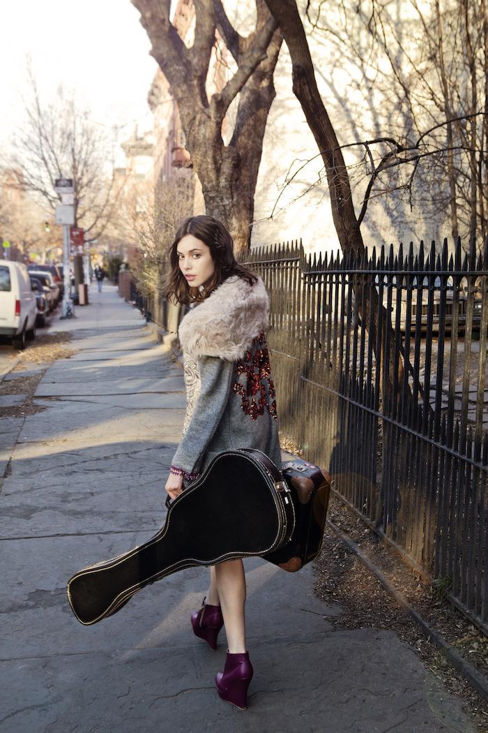style vestimentaire femme, coupe de cheveux mi longs brun, veste en denim long avec colle en faux fur beige