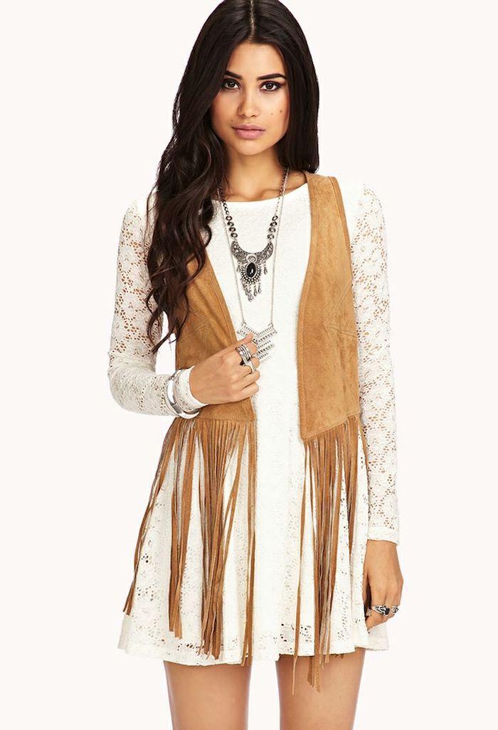 robe bohème chic blanche et courte à motifs dentelle florale, gilet camel sans manches avec franges longues