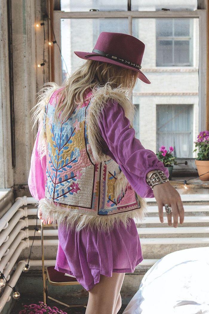 vetement femme, gilet sans manches en faux fur et dos à motifs floraux, tunique et capeline en violet