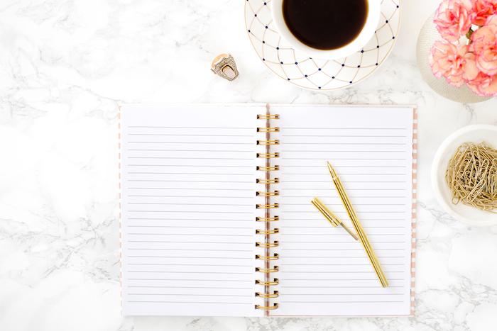 travailler de chez soi, idée comment assortir les couleurs dans la déco, comptoir en marbre avec tasse de café blanche