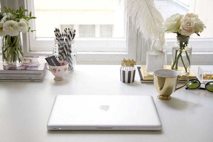 amenagement bureau, décoration espace de travail féminin avec bureau blanc et accessoires dorés