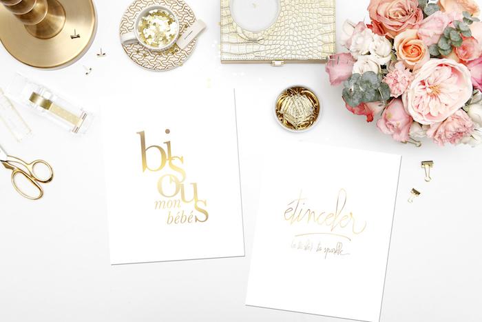 bouquet de fleurs, feuilles blanches avec mots glamour, lampe de bureau en nuance cuivrée