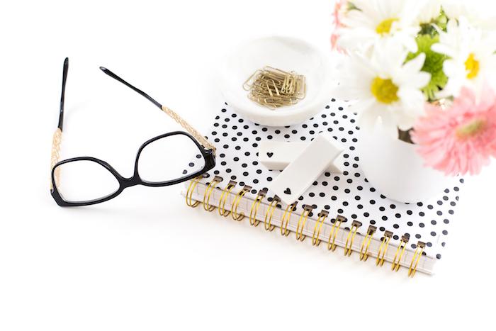 materiel de bureau, objets décoratifs pour espace de travail féminin, agenda blanc et noir avec bouquet de fleurs blanches et rose
