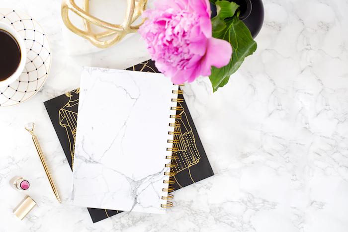 fourniture de bureau, pivoine rose dans vase noire, objet décoratif peint en or, accessoires féminins en or