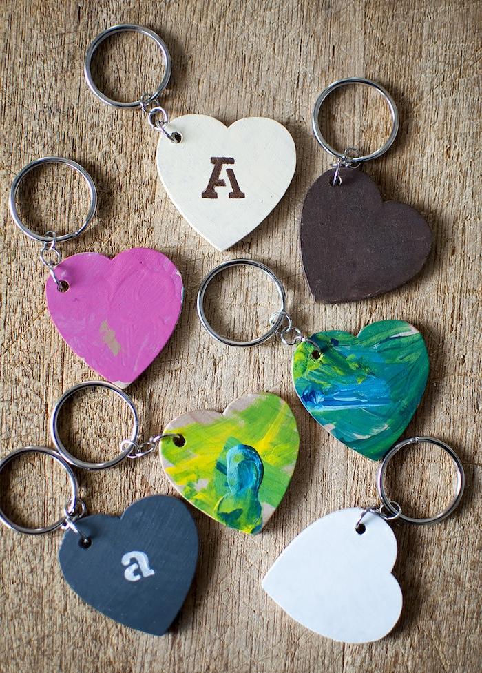 idée activité manuelle porte clé en bois coeur