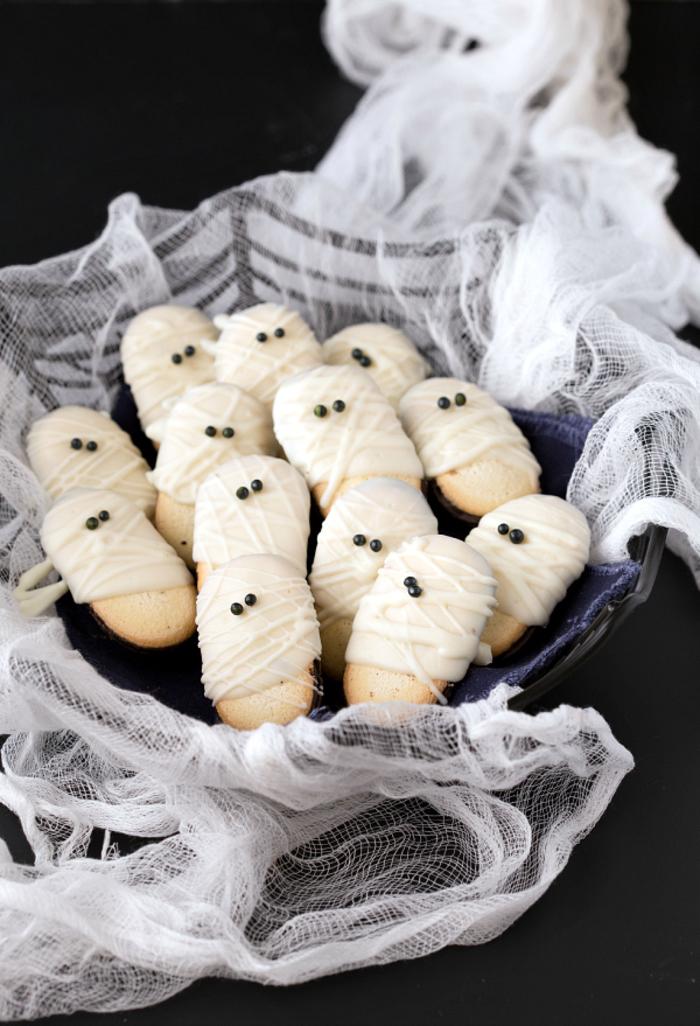 recette de biscuits momies au glaçage de chocolat blanc pour un apero halloween sur thème maison hantée