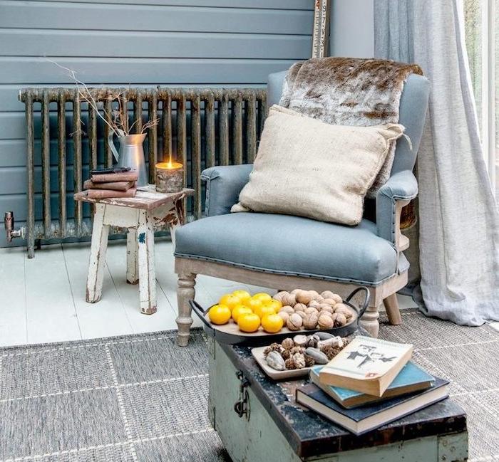 comment peindre un meuble vintage, fauteuil confortable, table basse en coffre vert menthe patiné, table d appoint blanche, tapis gris, comment renover un meuble