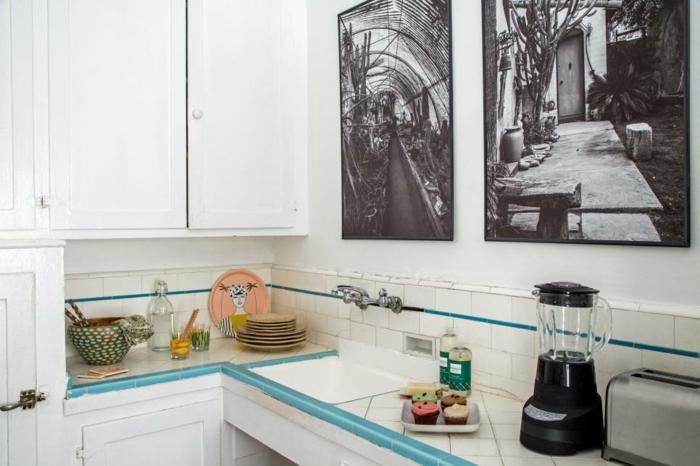 comment relooker une cuisine, mettre de l'art, cadre avec photos en noir et blanc en guise de crédence, meuble cuisine blanc