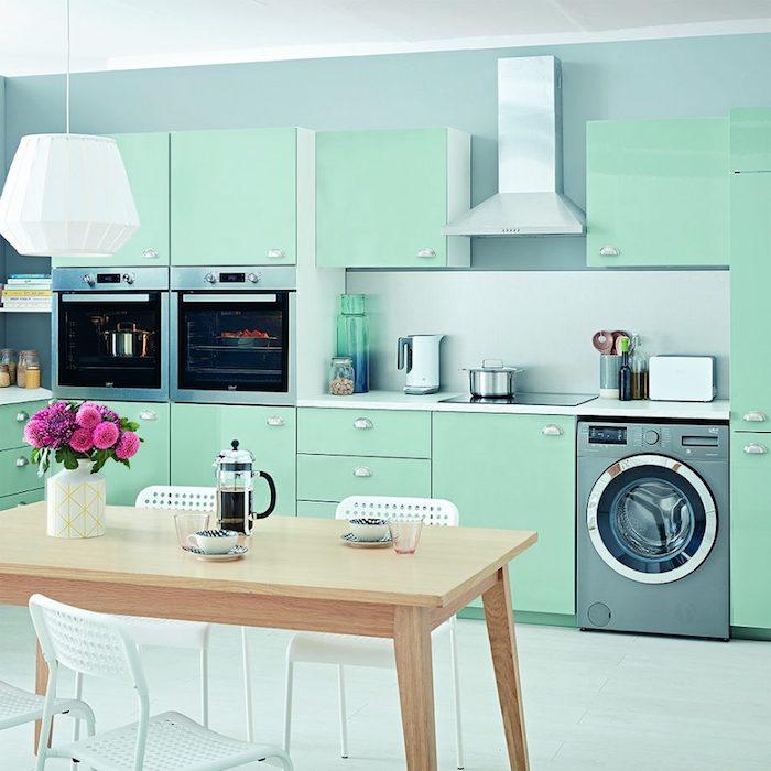 repeindre sa cuisine en vert mente pour la façade cuisine, mur de fond en bleu, electromenager inox, table bois et chaises metalliques