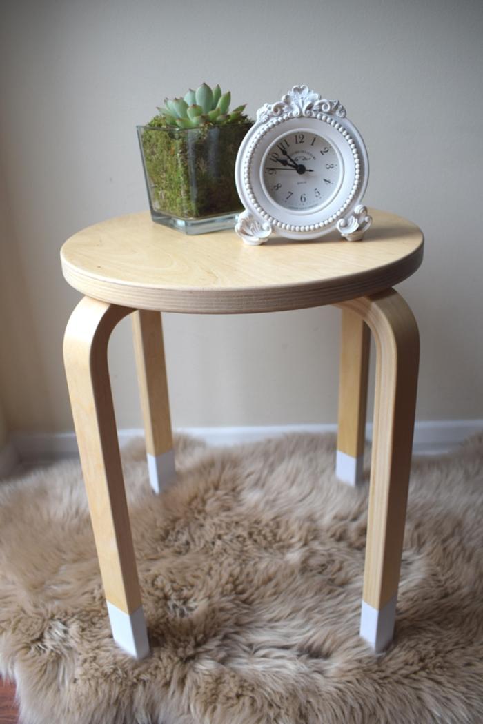 comment repeindre une table en bois en style scandinave, tabouret en bois naturel aux pieds peints en blanc