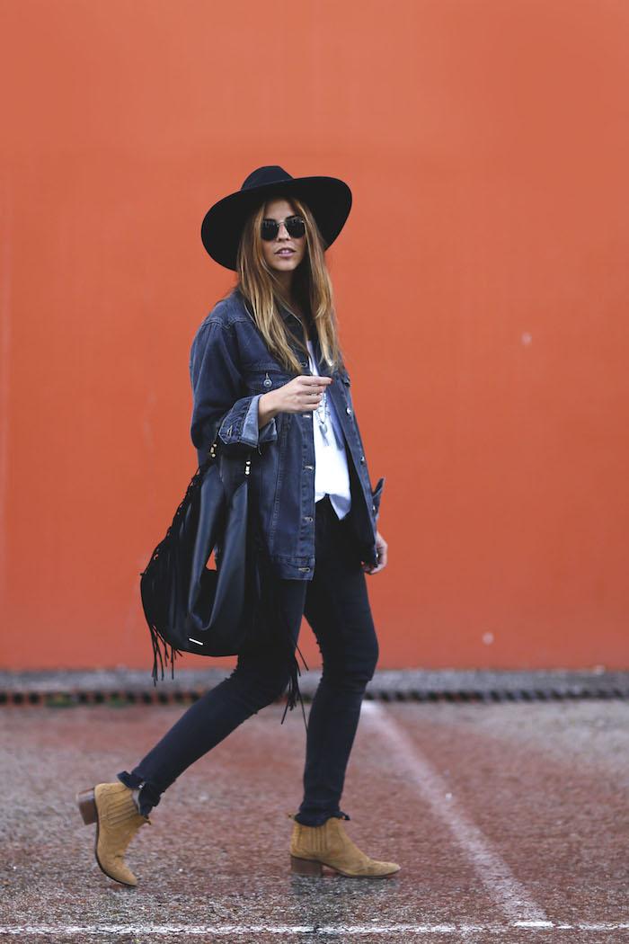 style vestimentaire femme, lunettes de soleil rondes et noires, pantalon noir slim avec blouse blanche et veste denim loose