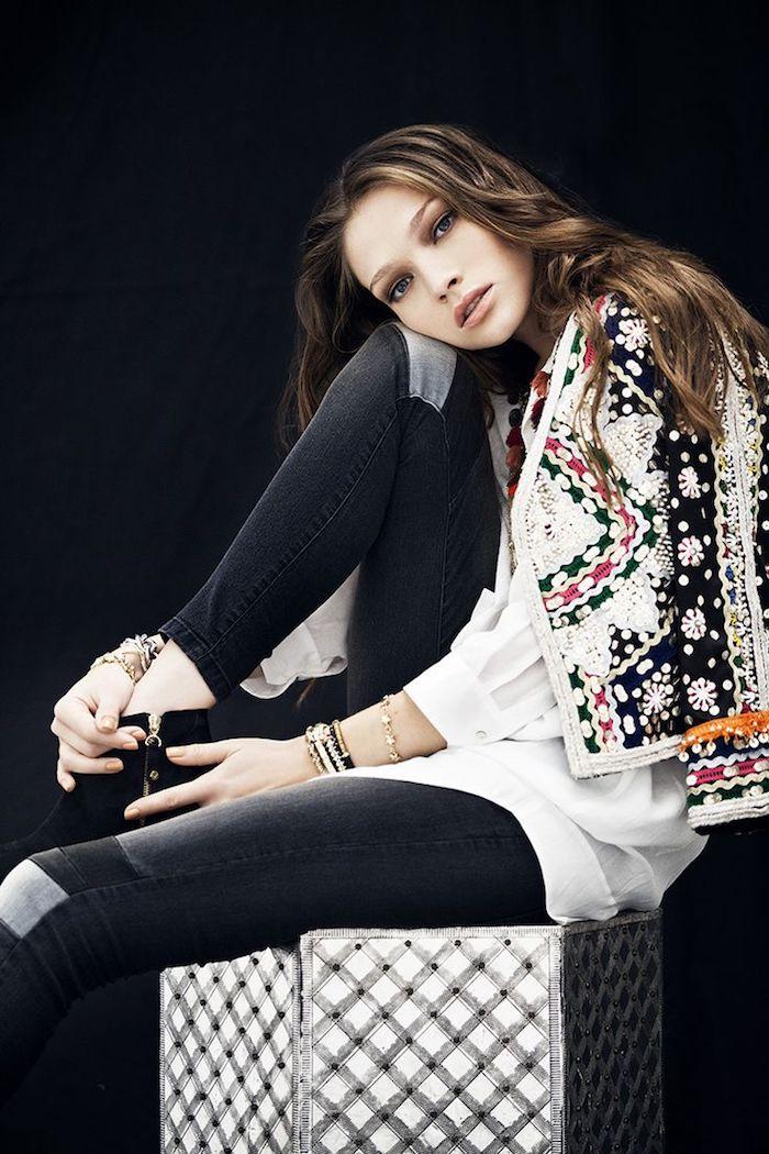 blouse boheme, pantalon slim noir avec chemise blanche et veste multicolore, bracelets en perles et or