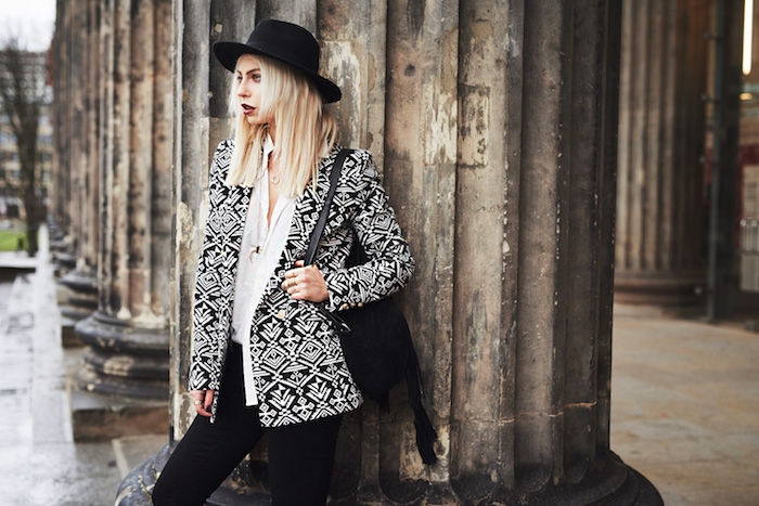 boheme chic, coupe de cheveux longs raids blonds, blazer à motifs géométriques blanc et noir avec chemise blanche