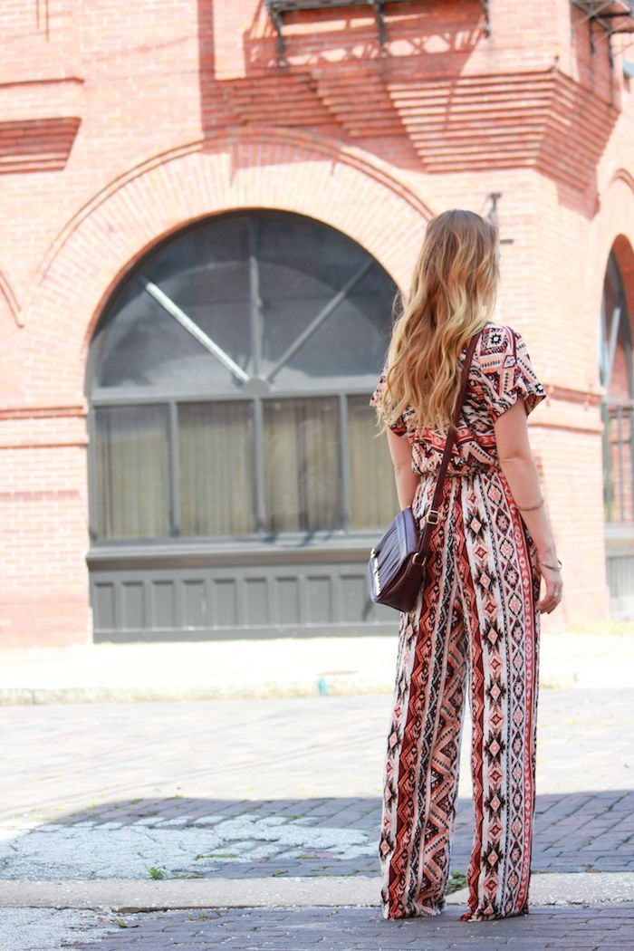 boheme chic, sac à main en cuir marron foncé, cheveux longs blonds avec racines marron bouclés