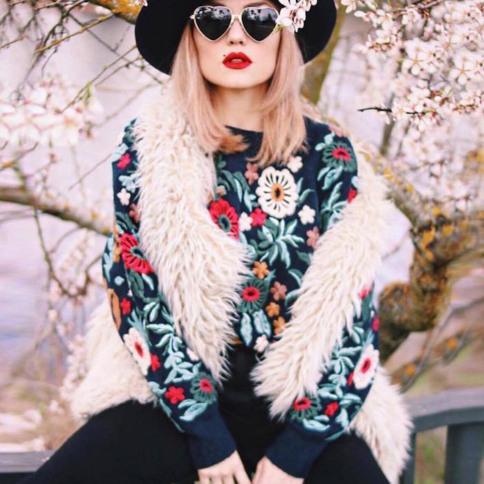blouse boheme noire à motifs floraux avec gilet sans manches en blanc, coupe de cheveux mi longs pastel avec rouges à lèvres rouge