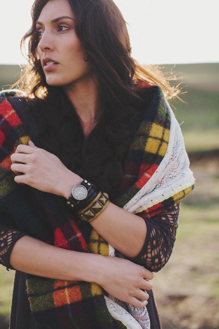 robe longue noire avec manches longues à motifs dentelle géométrique, écharpe multicolore carreaux