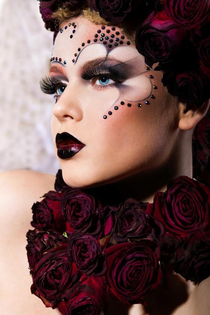 comment se maquiller maquillage yeux bleu avec des faux cils longueur extreme et du blush bordeaux clair femme fatale