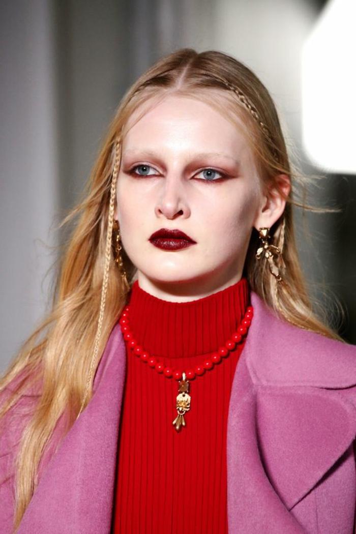maquillage yeux bleu cheveux couleur blonds lèvres en couleur de vin avec des ombres a paupières rougeatres