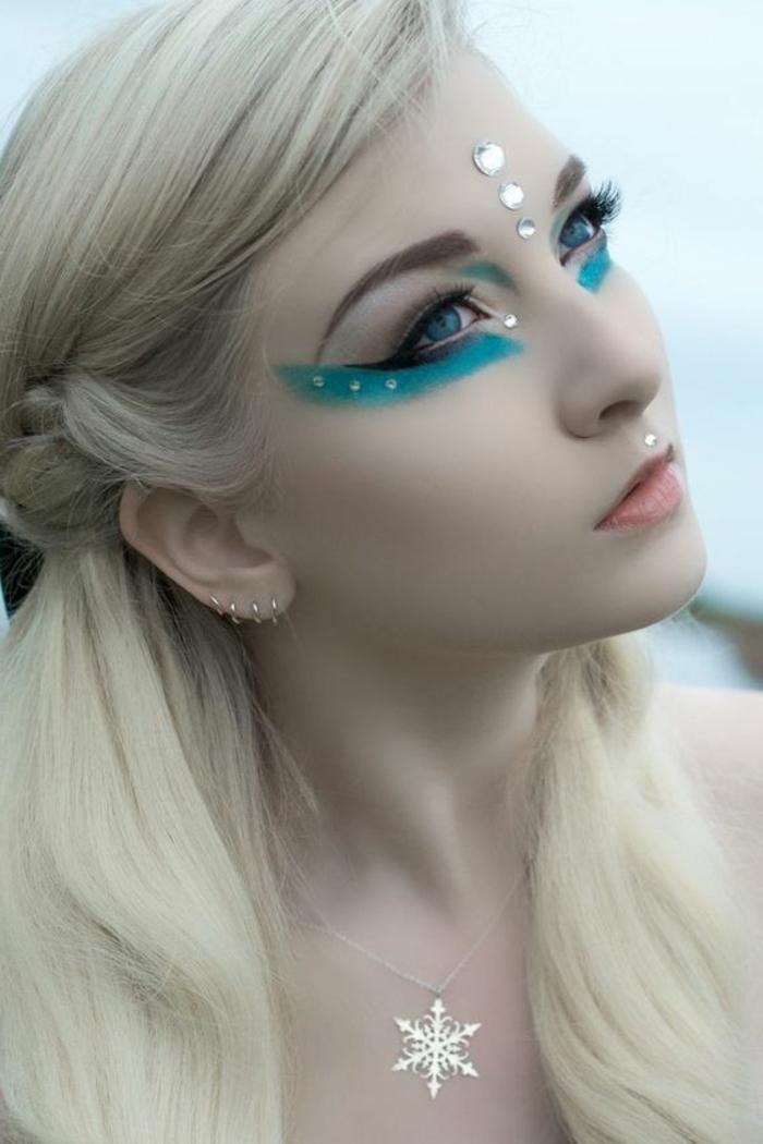 maquillage yeux bleu avec bleu pastel et des décorations pour le visage en forme de cristaux blancs