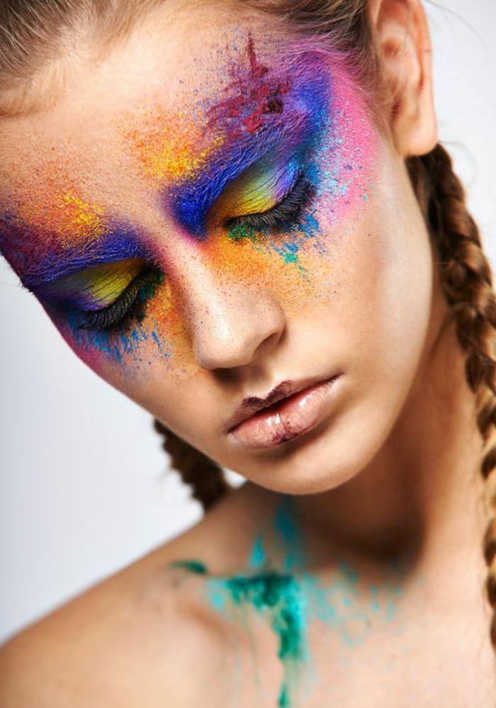 se maquiller les yeux en couleurs criardes bleu électrique et jaune lèvres couleur cacao style maquillage tribu exotique