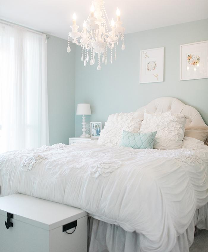 deco chambre adulte, murs couleur bleu clair, linge de lit blanc, bout de lit en coffre de rangement, suspension baroque