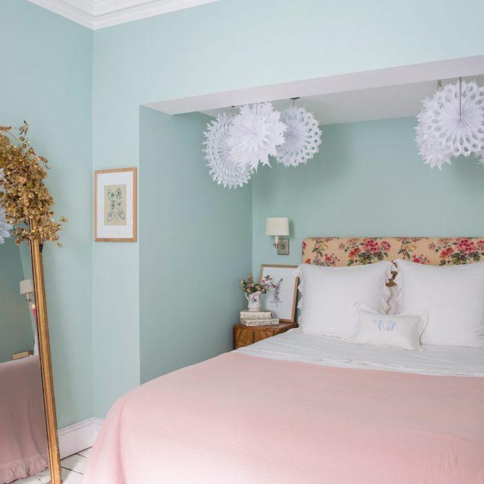peinture chambre adulte bleu pastel et couverture lit rose poudré, tete de lit motif floral, miroir design vintage, decoration de flacons de neige papier