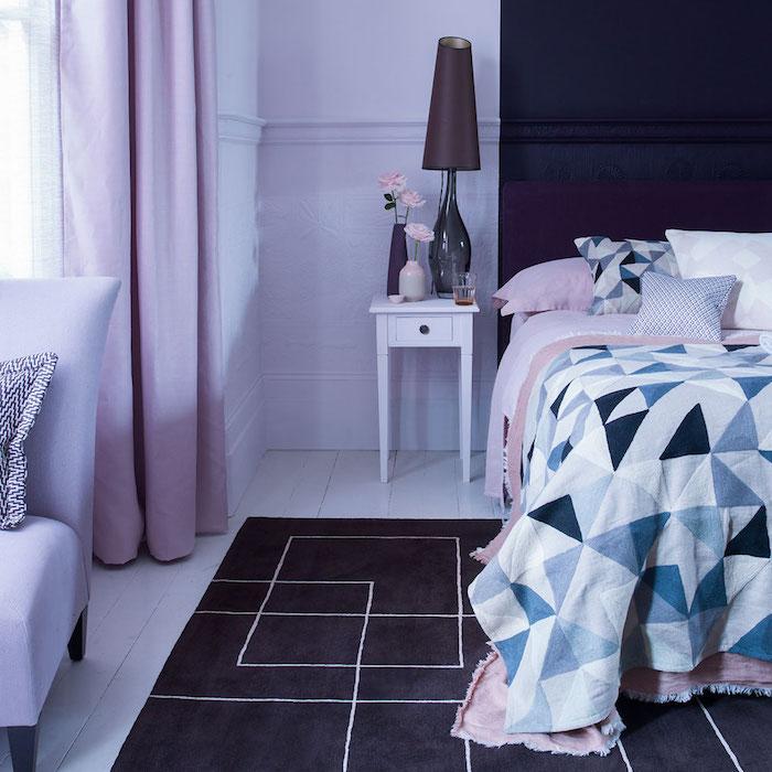 déco chambre cocooning, couleur violette, linge de lit blanc, bleu et rose, tapis gris tirant vers le bordeaux, vases avec roses