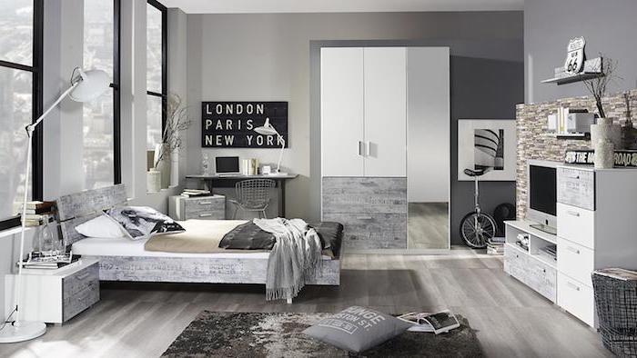 interieur maison moderne, coussins décoratifs en blanc et noir, plaid gris avec franges, meubles en blanc et gris