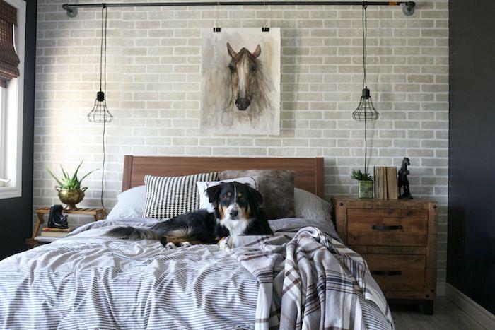 deco interieur, grand lit à la tête de bois marron foncé, corde électrique style industriel, vase métallique en nuance dorée