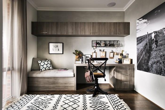 déco chambre ado fille, tapis blanc et noir à motifs triangulaires, rideaux voiles longs en beige, grande photo murale en blanc et noir