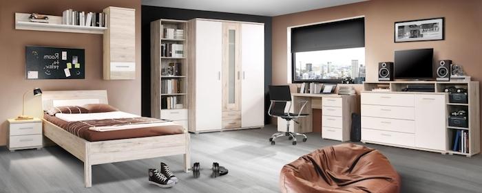 interieur maison moderne, cadre de lit en bois clair avec matelas et couverture en marron foncé, tableau noir sur le mur
