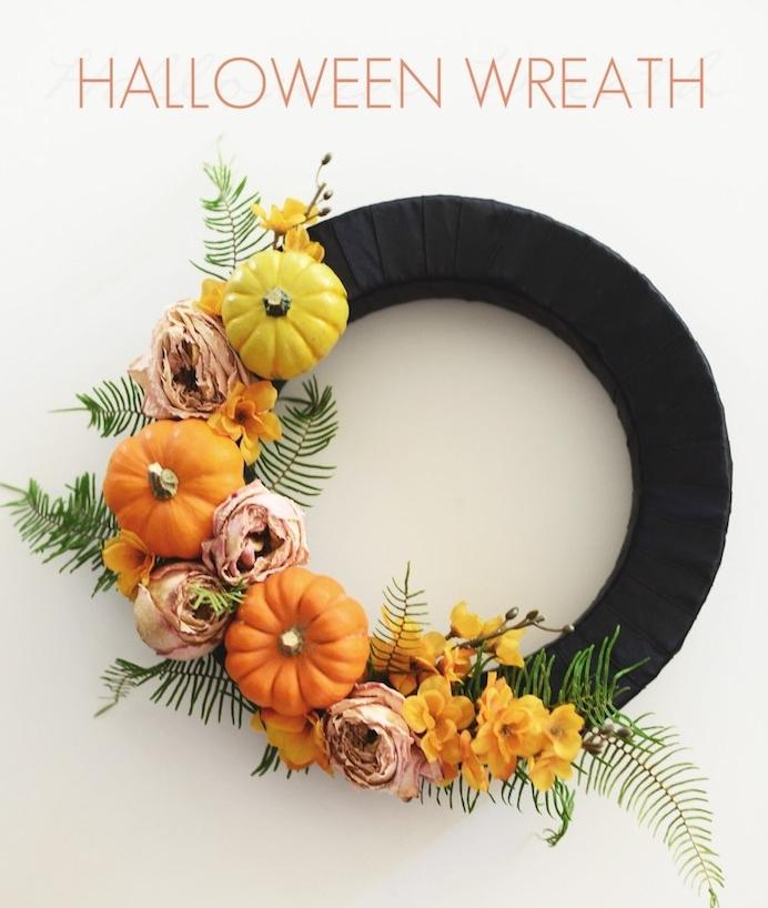 couronne halloween fabriquée à partir d un cercle enveloppé de ruban noir et deco de fleurs et citrouilles miniatures, décoration halloween a fabriquer soi meme
