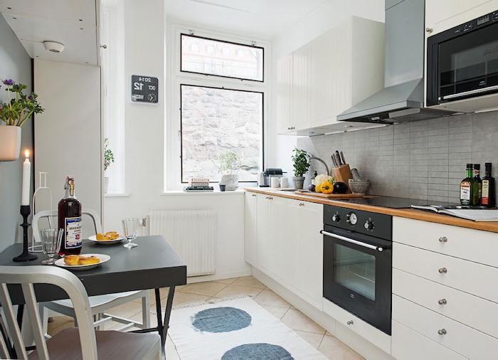 cool amazing petite cuisine quipe amnagement de cuisine avec meubles blancs et crdence motifs. Black Bedroom Furniture Sets. Home Design Ideas