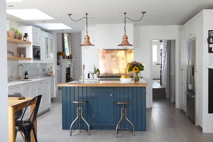 deco industrielle transformant l'îlot de cuisine en point central dans cette cuisine au design classique