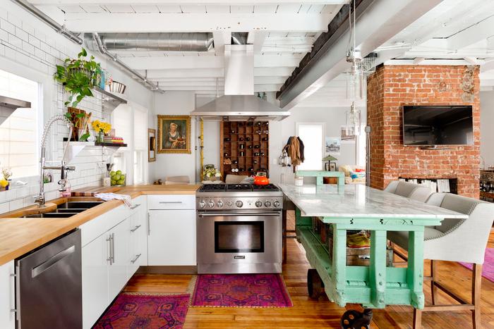 cuisine accuillante associant le design contemporain à la deco industrielle récup