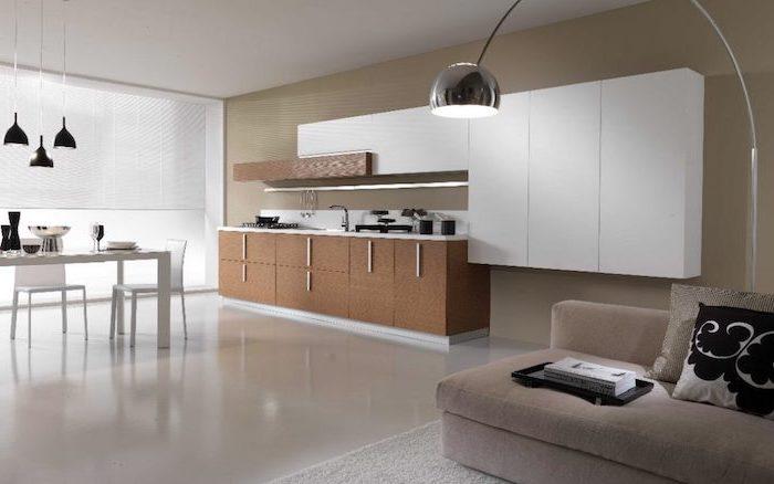 agencement cuisine, canapé compact en tissu beige et tapis moelleux en blanc, lampes suspendues en noir