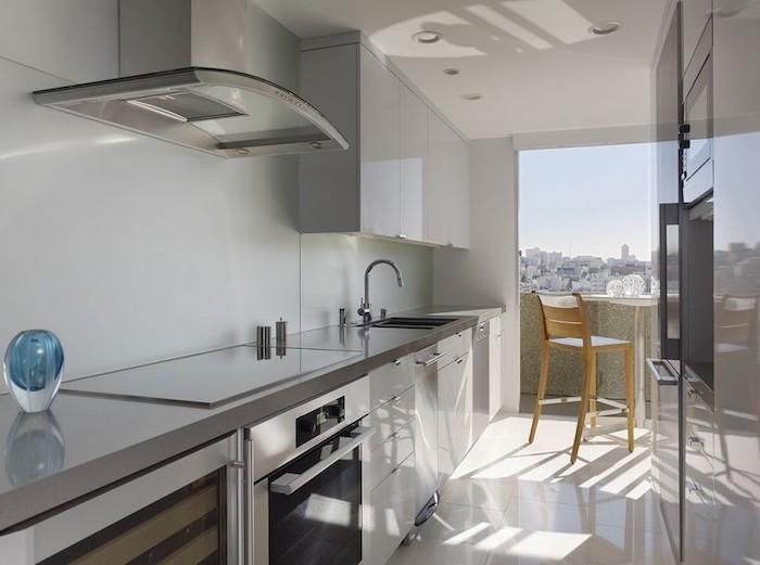amenagement petite cuisine, meubles de cuisine en bois peints en blanc avec comptoir et équipement en gris métallique