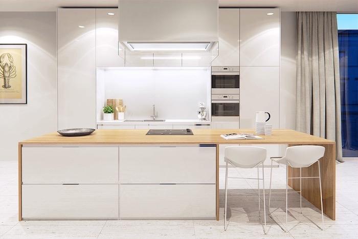 modele de cuisine, fenêtre surdimensionnée avec rideaux longs en gris, plancher en bois peint en blanc vintage style