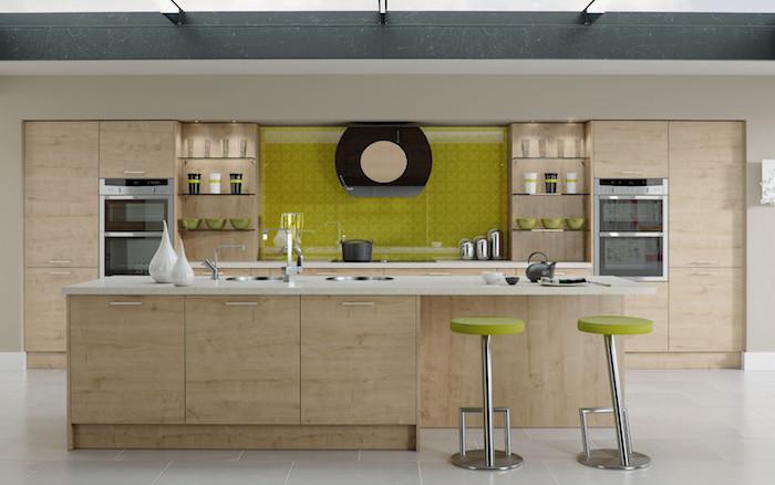 ilot central cuisine, plafond blanc avec poutres noires, carrelage de sol en blanc, ilot central en bois avec comptoir blanc