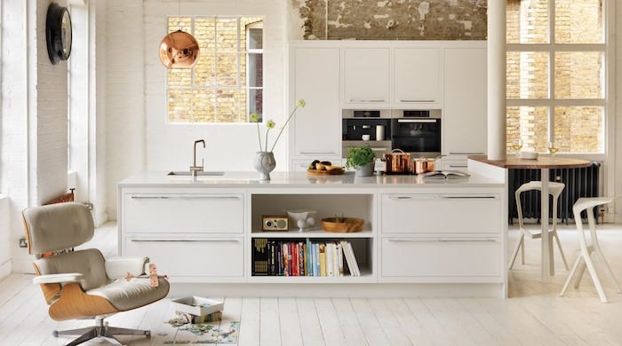 ilot central cuisine, revêtement de sol en bois peint en blanc, lampe suspendue cuivrée en style industriel