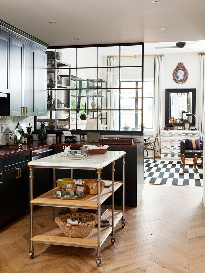 idée originale pour aménager une cuisine industrielle délimitée par verrière