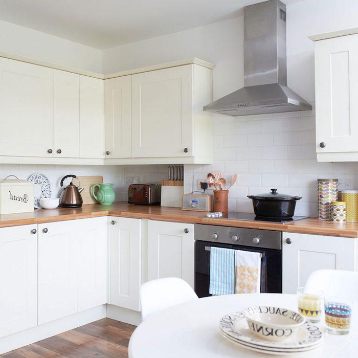 idée classique de relooking cuisine, façade cuisine blanche avec plan de travail bois, parquet bois amrron, crédence en carrelage blanc