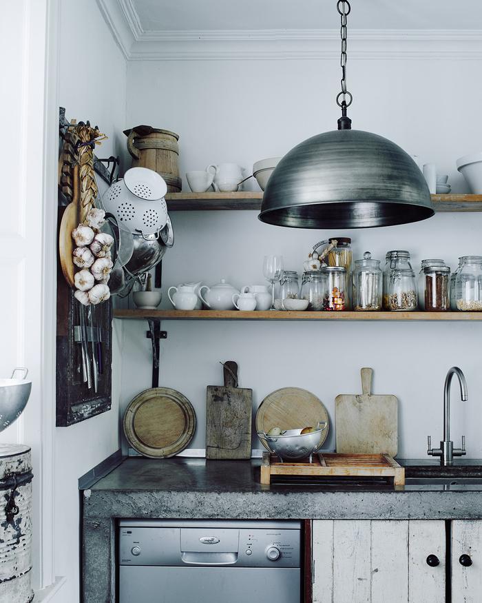cuisine à deco industrielle aux accents de bois rustique avec un plan de travail en béton