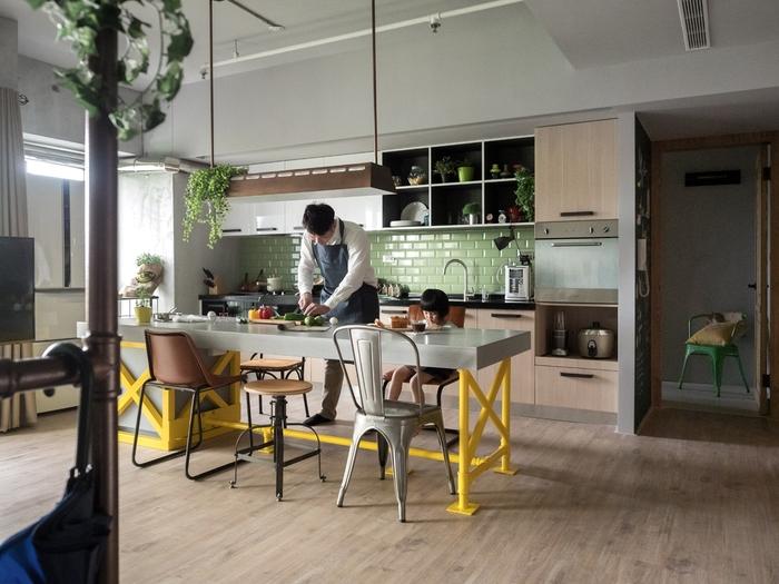 un meuble industriel multifonctionnel servant de plan de travail et comptoir lunch
